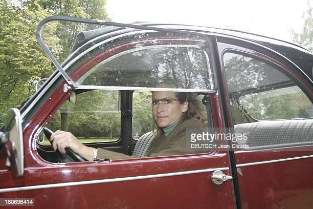 Rendezvous With Zahra Aga Khan. Zahra AGA KHAN au volant de sa 2 CV Citroën dans le parc des haras d'AIGLEMONT près de CHANTILLY.
