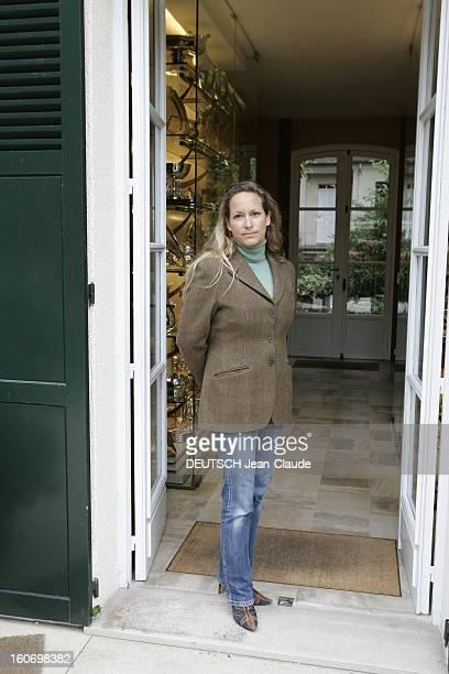Rendezvous With Zahra Aga Khan Zahra AGA KHAN posant devant l'entrée de ses bureaux et de son père Karim AGA KHAN situés dans les haras d'AIGLEMONT...