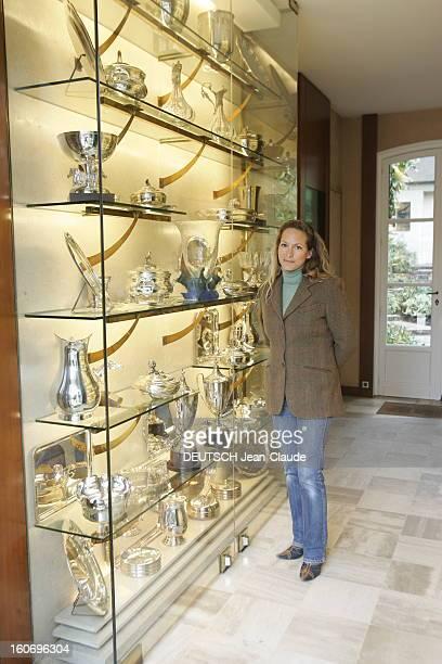 Rendezvous With Zahra Aga Khan Zahra AGA KHAN posant devant une vitrine contenant des trophées remportés par les chevaux des haras de l'AGA KHAN à...