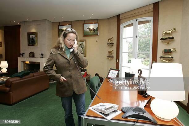 Rendezvous With Zahra Aga Khan. Zahra AGA KHAN téléphonant dans son bureau des haras d'AIGLEMONT près de CHANTILLY.