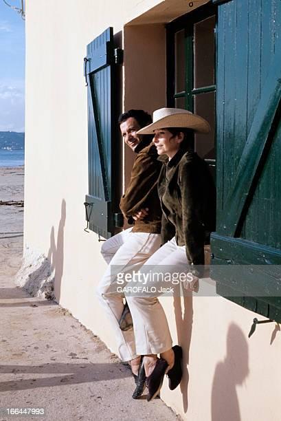 Rendezvous With Zizi Jeanmaire And Roland Petit In Saint Tropez SaintTropez 1964 Portrait de Zizi JEANMAIRE et Roland PETIT chapeau style cowboy et...