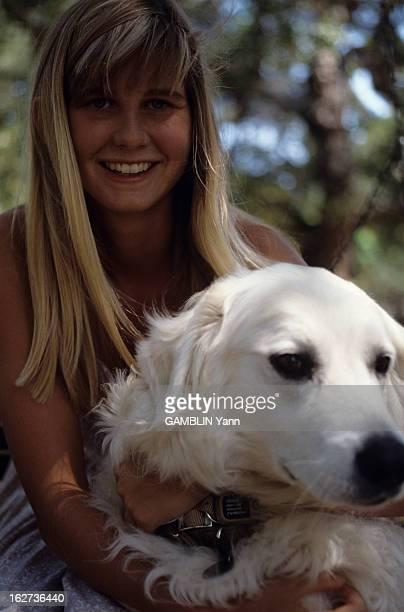 Rendezvous With Zuleika Bronson Le 23 aout 1989 portrait de Zuleika BRONSON la fille de Charles BRONSON et de Jill IRELAND souriante avec un chien
