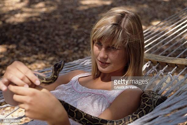 Rendezvous With Zuleika Bronson Le 23 aout 1989 portrait de Zuleika BRONSON la fille de Charles BRONSON et de Jill IRELAND sur un hamac tenant un...