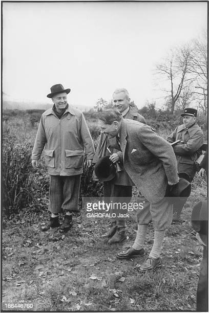 Rene Coty To Hunt Rambouillet René COTY en tenue de chasse chapeau à la main inclinant le buste pour saluer Vincent AURIOL lors d'une chasse aux...