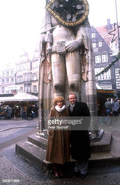 Rene Kollo Beatrice Kollo Ehefrau Frau beim Stadtbummel in Bremen Roland Marktplatz PNr996/2002 CW Foto Peter Bischoff/D