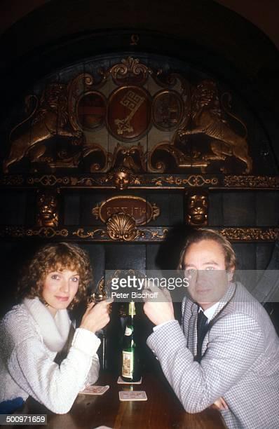 Rene Kollo Beatrice Kollo Ehefrau Frau im Ratskeller Bremen Weinflasche Restaurant PNr996/2002 CW Foto Peter Bischoff/D