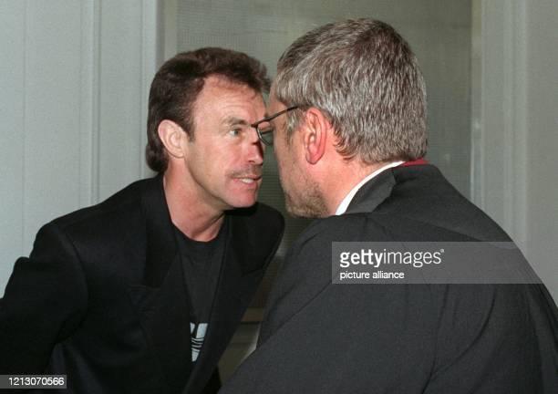 Rene Weller früherer Welt und Europameister im Boxen unterhält sich am 2361999 im Karlsruher Landgericht mit seinem Rechtsanwalt Michael Schilpp...