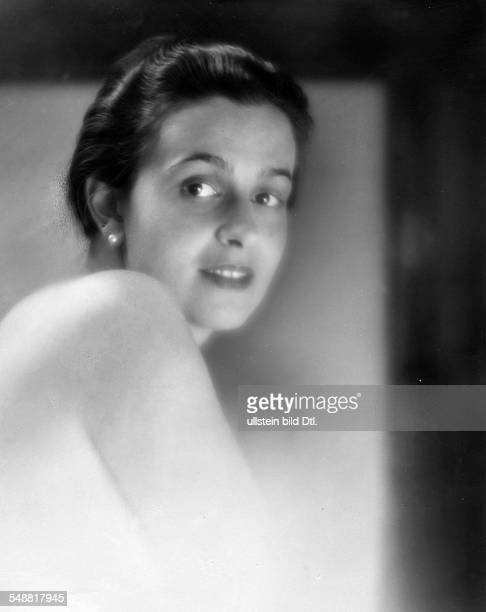 Renee Baroness von Friesen born Baronesse de la Bruyere Portrait with a naked shoulder undated Photographer Mario von Bucovich Published by 'Die...