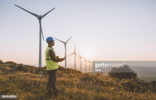 förnyelsebar energi engineering - vindsnurra jordbruksbyggnad bildbanksfoton och bilder