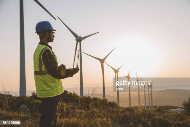 hernieuwbare energiesystemen engineering - windenergie stockfoto's en -beelden