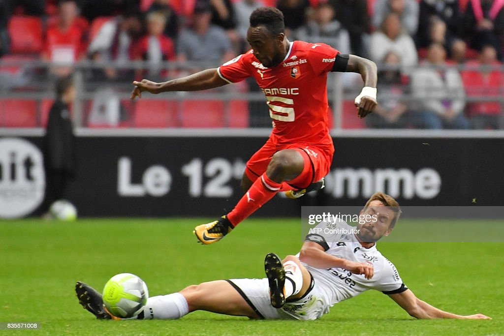 Rennes' Congolese forward Firrmin Mubele Ndombe (up) vies with Dijon's French midfielder Romain Amalfitano during the French L1 football match between Rennes (SRFC) and Dijon (DFCO) at the Roazhon Park stadium in Rennes, western France, on August 19, 2017. /