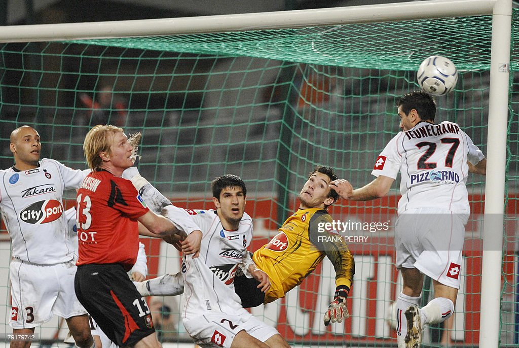Rennes' defender Petter Hansson (2ndL) tries to score in front of Nice's goalkeeper Hugo Lloris (R) during their French League 1 Football match Rennes vs Nice, played 23 January 2008, in Rennes.