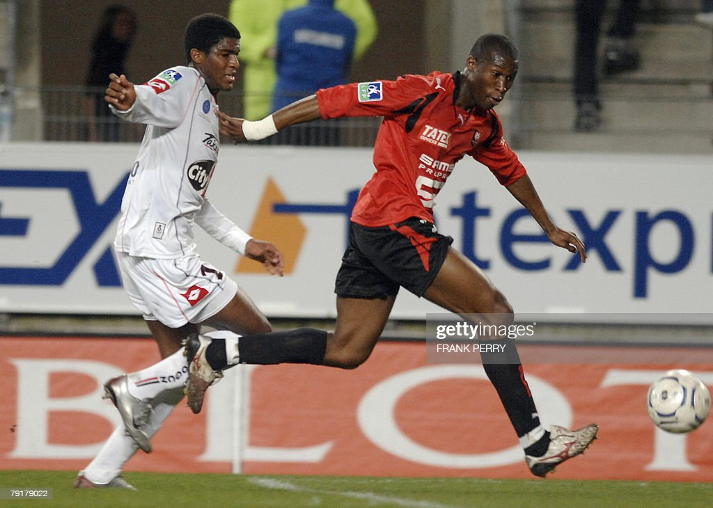 Rennes' defender Rod Fanni (R) vies with Nice's forward Anthony Modeste during their French League 1 Football match Rennes vs Nice, played 23 January 2008 in Rennes.