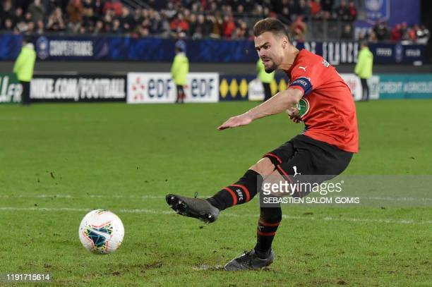 Rennes' French defender Damien Da Silva shoots and scores the winning goal in a penalty shoot-out during the French Cup football match between Rennes...