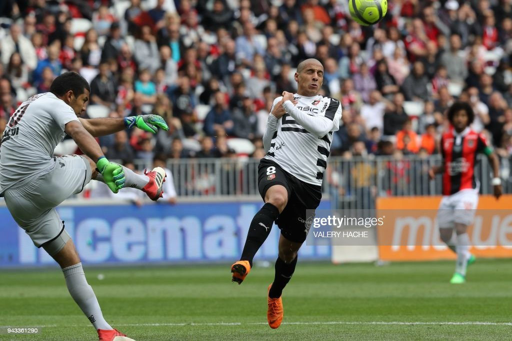 Rennes' French midfielder Wahbi Khazri (R) vies with Nice's Argentinian goalkeeper Walter Benitez (L) during the French L1 football match Nice vs Rennes on april 8, 2018 at the 'Allianz Riviera' stadium in Nice, southeastern France. /