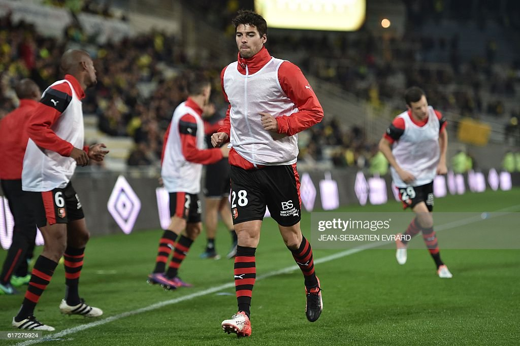 Rennes' French midfielder Yoann Gourcuff (C) warms up with his teammates before the French L1 football match between Nantes and Rennes on October 22, 2016 at the Beaujoire Stadium in Nantes, western France. / AFP / JEAN