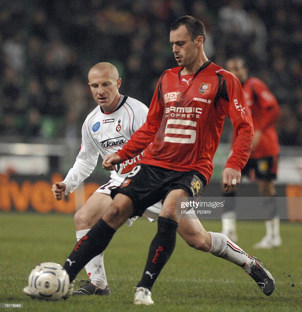 Rennes' s forward Mickael Pagis (R) and Nice' s midfielder Florent Balmont fight for the ball during their French League 1 Football match Rennes vs Nice, played 23 January 2008 in Rennes.