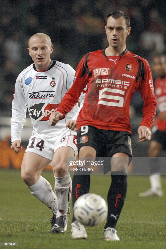 Rennes' s forward Mickael Pagis (R) and Nice's midfielder Florent Balmont fight for the ball during their French League 1 Football match Rennes vs Nice, played 23 January 2008 in Rennes.