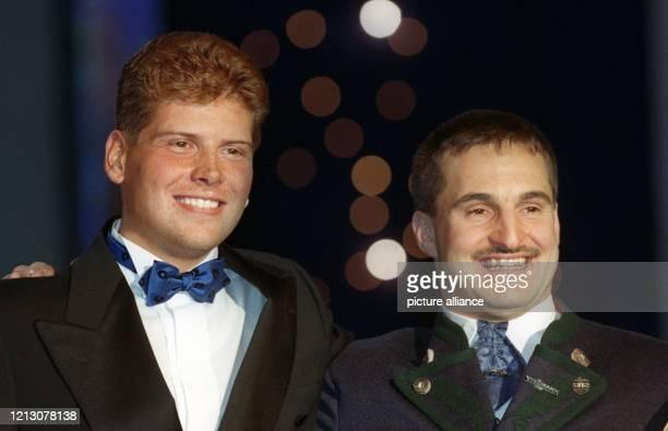 Rennrodel-Olympiasieger Georg Hackl und Radprofi Jan Ullrich präsentieren sich lachend am 3.12.1998 im Kurhaus von Baden-Baden. Mit Georg Hackl wird...