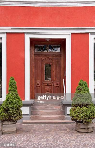 Rénové, la maison avec façade rouge et vieille porte en bois décoratif