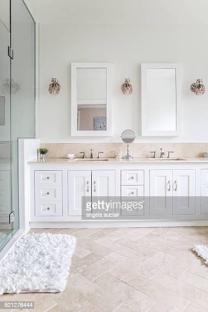 renovated master ensuite bathroom - herringbone - fotografias e filmes do acervo