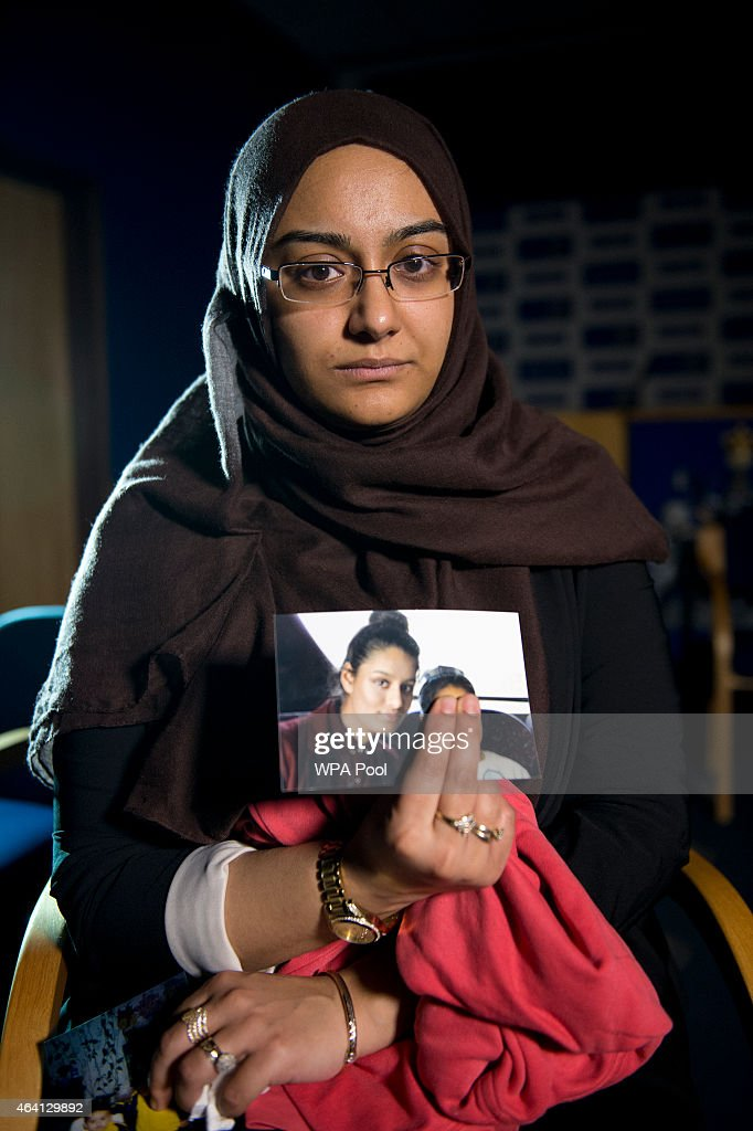 Relatives Of Missing Schoolgirls Give Interview To Scotland Yard : Foto jornalística