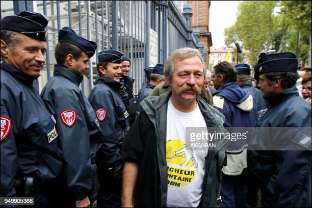 Renvoi du proces ou comparaissaient lundi devant le tribunal correctionnel de Toulouse 9 faucheurs volontaires d'OGM dont les elus ecologistes Noel...