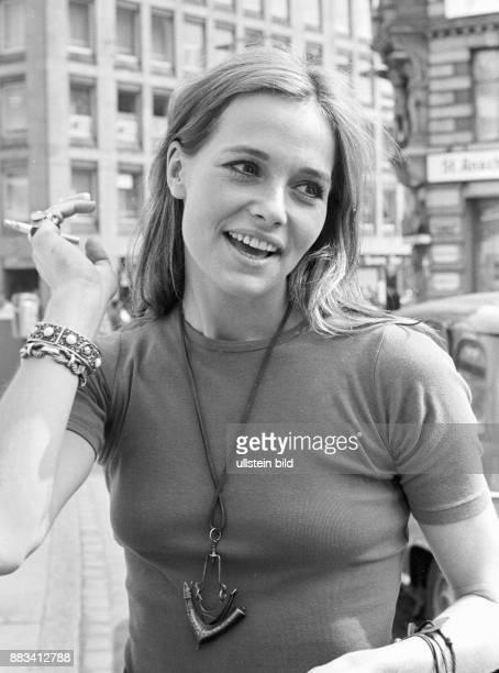 Renzi Eva * Schauspielerin D Portrait waehrend eines Stadtbummels in Hamburg Gaensemarkt 1970