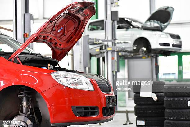repair garage, cars, hoist - auto repair shop stock pictures, royalty-free photos & images