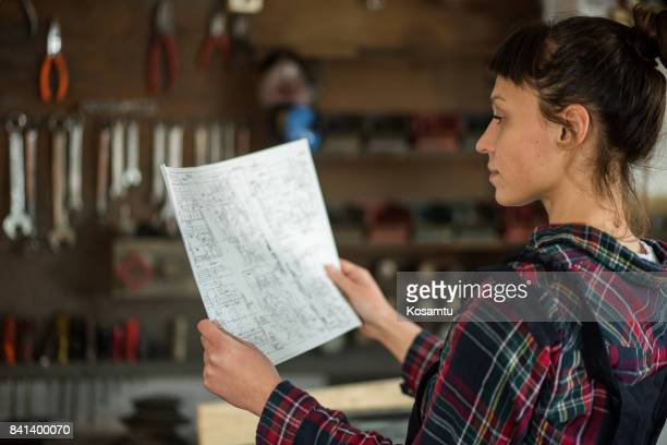 mädchen auf der suche im engineering design zu reparieren - unterschicht stereotypen stock-fotos und bilder