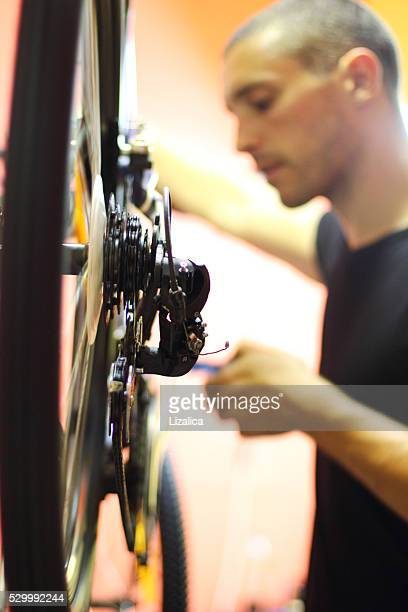 reparaturwerkstatt und mann arbeitet - aluhut stock-fotos und bilder