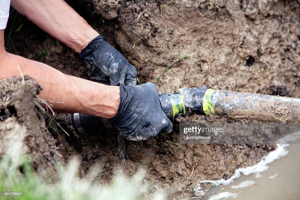 Reparar um tubo de Partida : Foto de stock