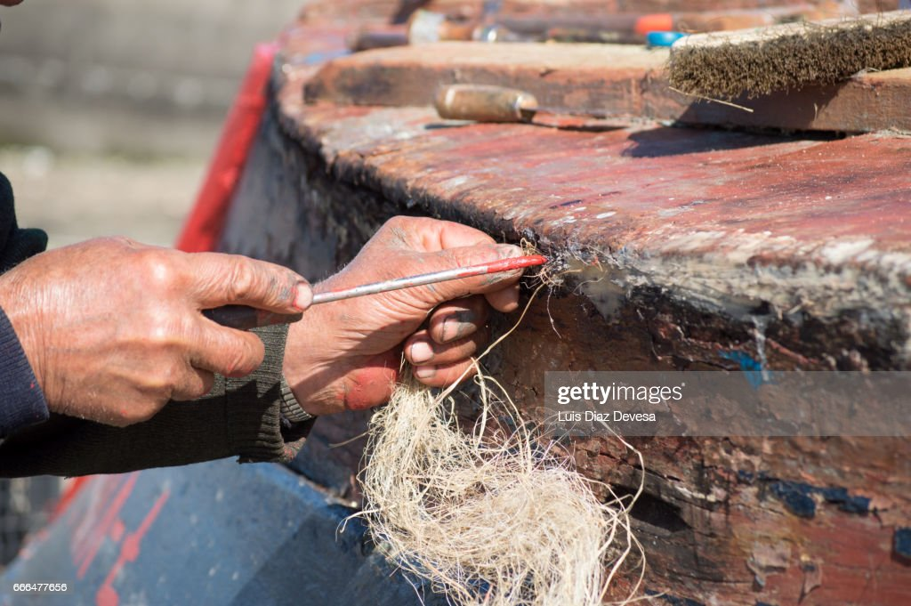 repairing a leak on the boat's hull : Stockfoto