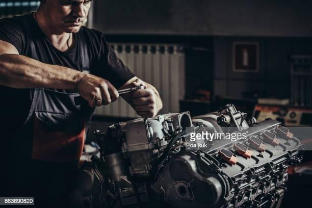 自動車修理店で修理の v10 エンジン - v型8気筒 ストックフォトと画像