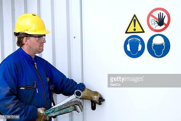 Mecánico reparador y de trabajo con sus herramientas.