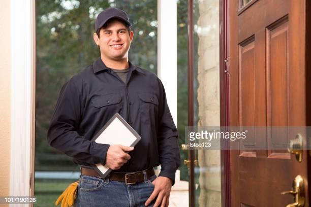 Reparateur arriveert bij de voordeur van klant voor huisreparaties.