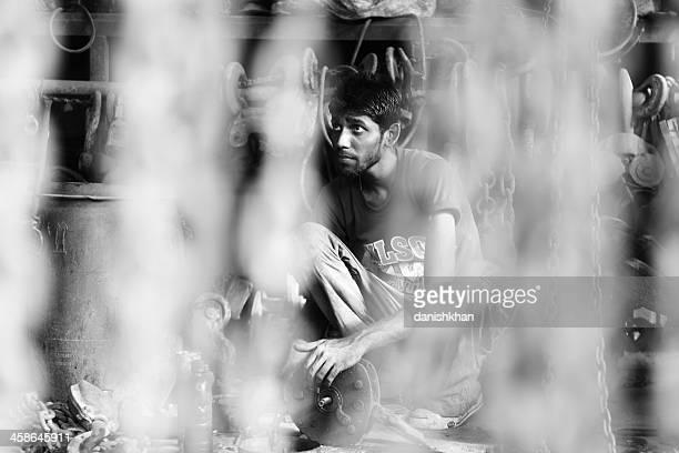 Handwerker in Old Aufzüge und Kranichen im shop, Karachi Scrapyard