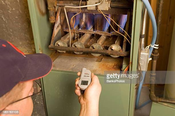 修理工、デジタル赤外線温度計小切手ガス炉出力温度範囲 - digital thermometer ストックフォトと画像