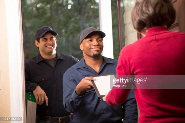 Reparateurs aankomen bij de voordeur van klant voor huisreparaties.