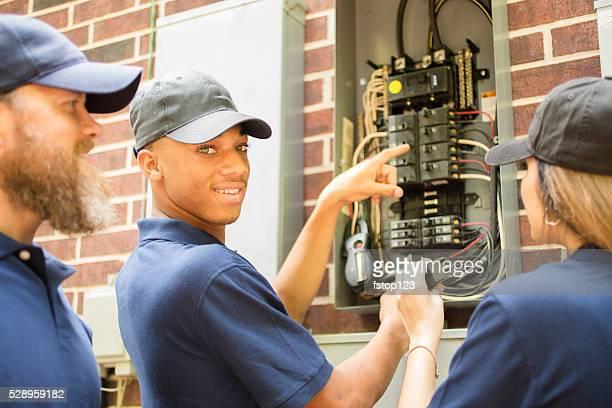 Reparateure, Elektriker arbeiten mit Haus Brecher box.