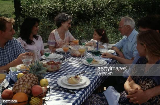 Repas de famille dans un jardin à Créteil en 1995 dans le ValdeMarne France