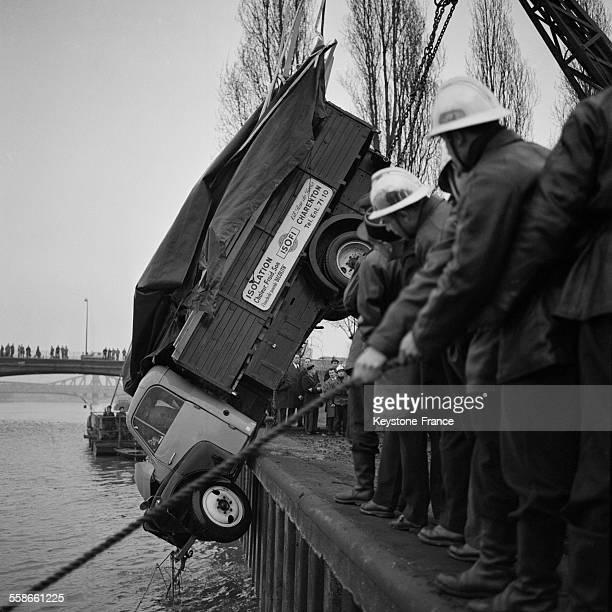Repéchage du camion hissé sur la berge à IvrysurSeine France le 15 janvier 1961