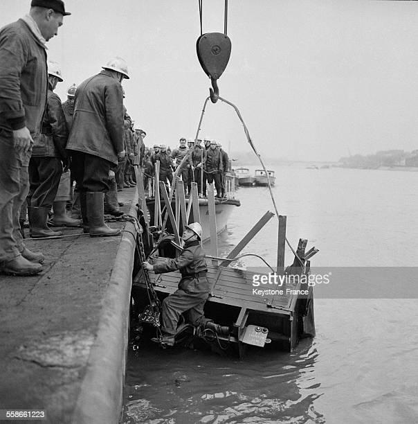 Repéchage du camion hors de la Seine à IvrysurSeine France le 15 janvier 1961