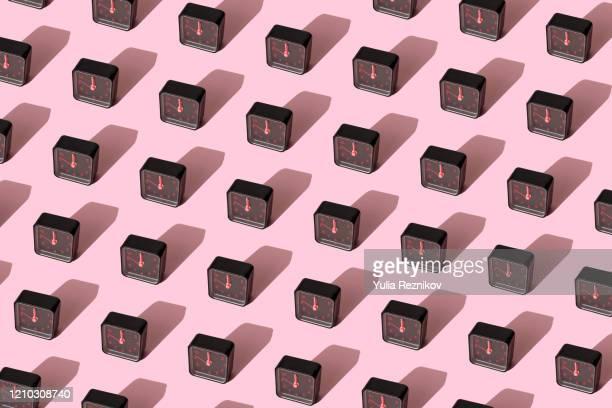 repeated black alarm clock on pink background - prazo imagens e fotografias de stock
