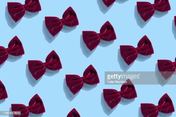 repeated bow tie on blue background - strikje stockfoto's en -beelden