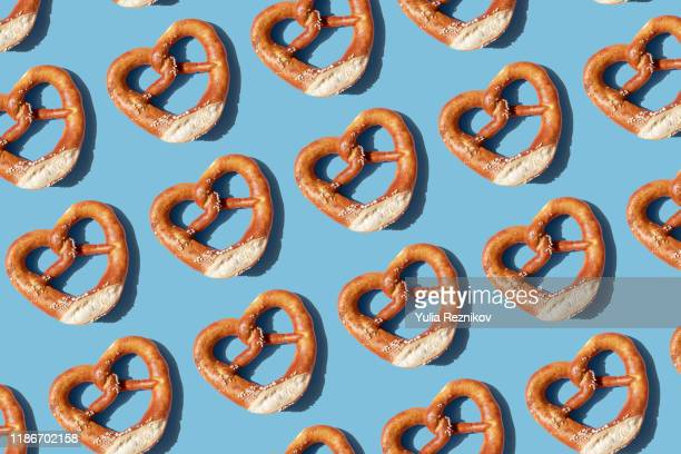 repeated pretzels on blue background - grupo grande de objetos - fotografias e filmes do acervo