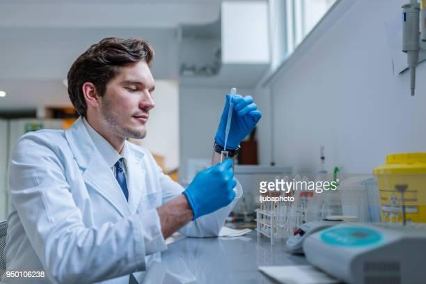 Herhalende experimenten totdat hij vindt de resultaten die hij nodig heeft