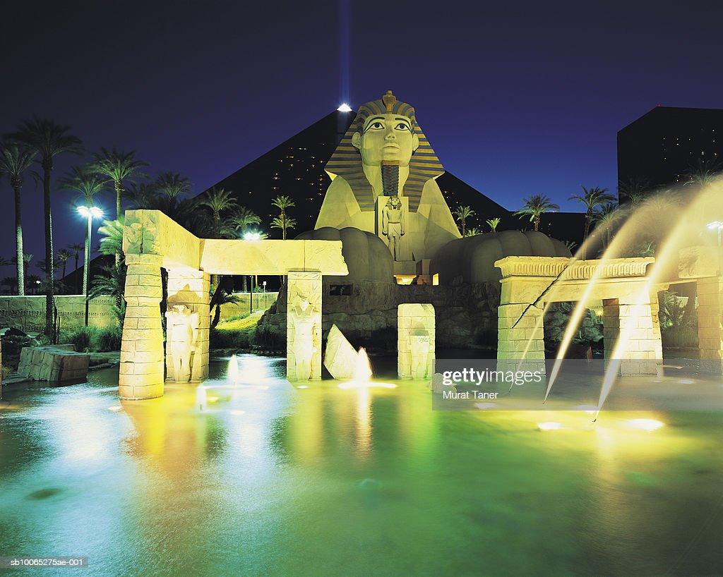 Replica of  Egyptian Sphinx statue at night : Foto stock
