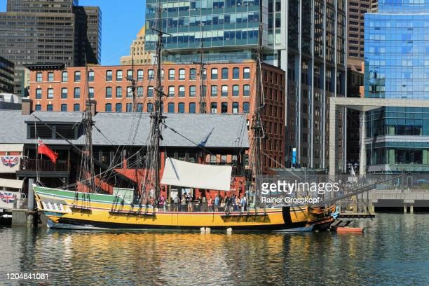 replica of the historic ship eleanor at the boston tea party ships and museum - rainer grosskopf photos et images de collection