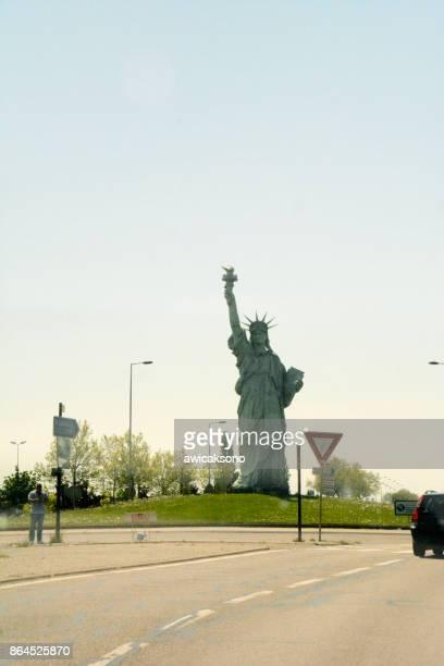 réplica da estátua da liberdade em alsácia-frança - colmar - fotografias e filmes do acervo